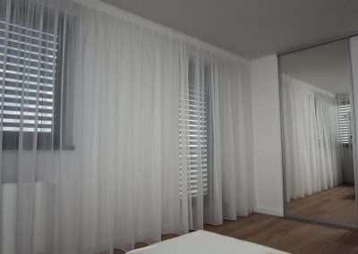 jednoduchá záclona v spálni